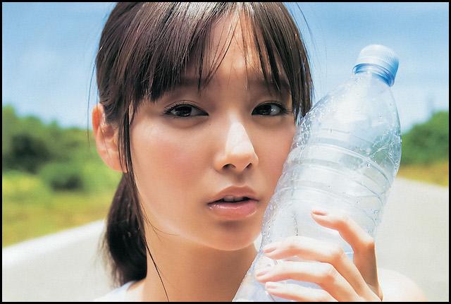 ペットボトルと新川優愛